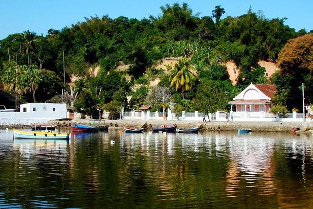 Essa é Paquetá uma ilha do município do Rio divulgada pelo romance A Moreninha (a casa rosa da foto é a casa da Moreninha).